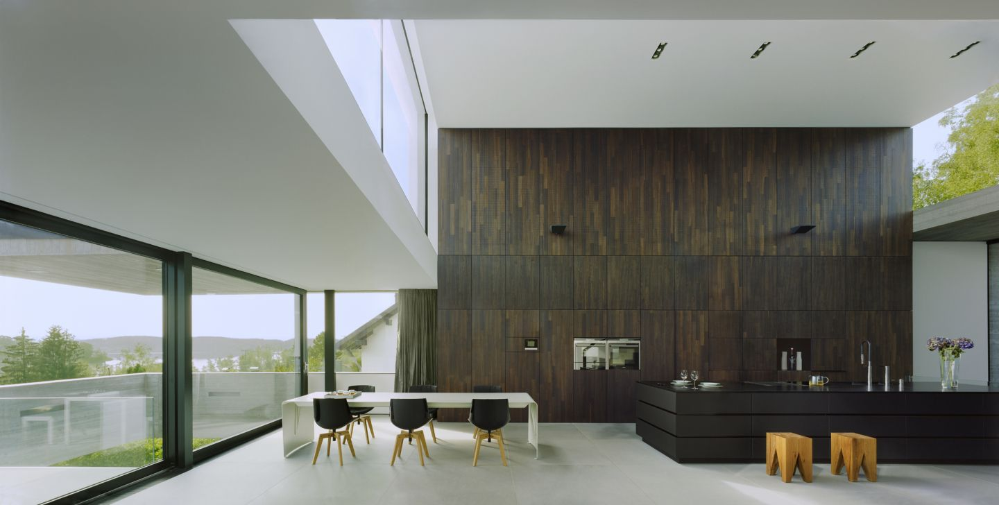 luxus k che mit holzwand. Black Bedroom Furniture Sets. Home Design Ideas