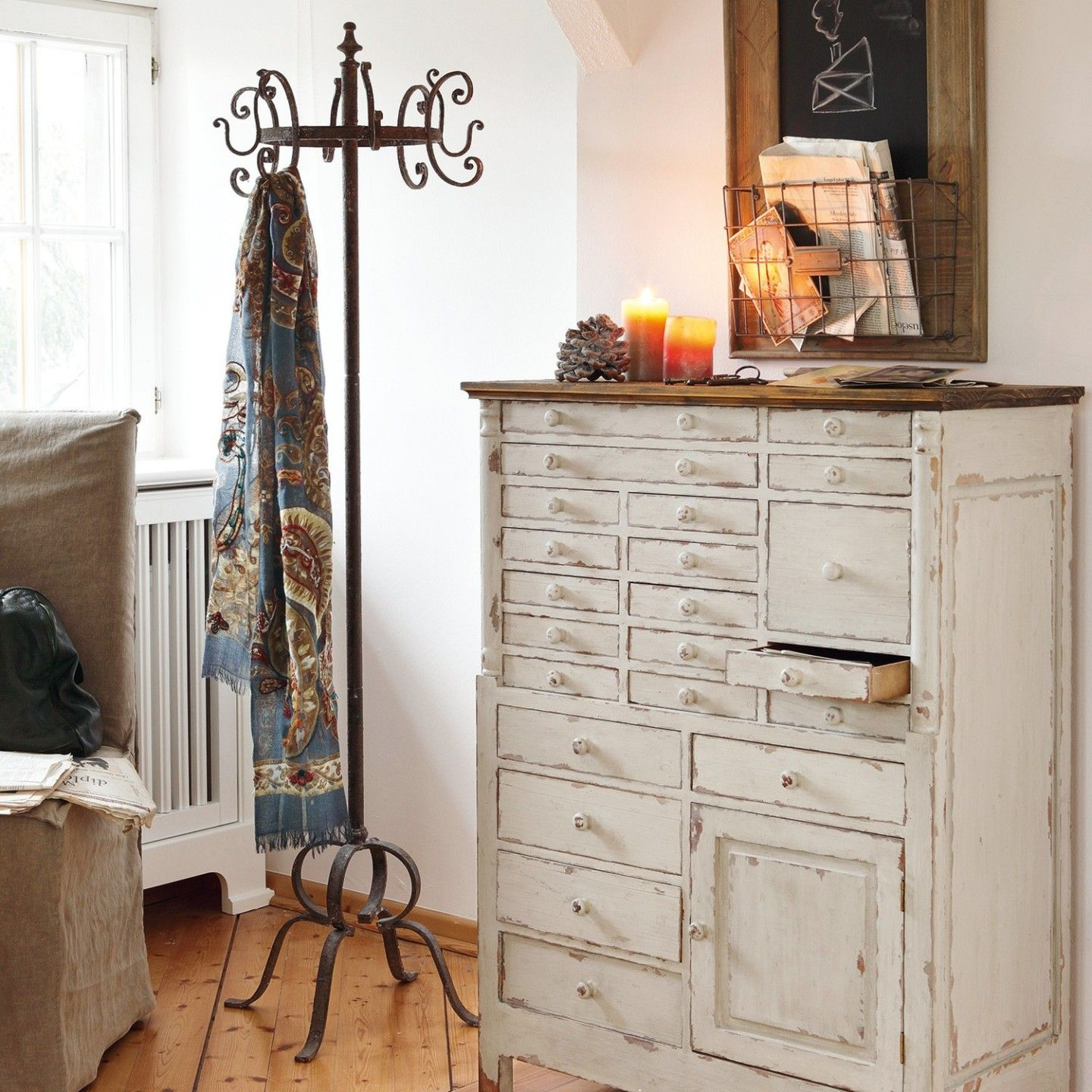nostalgisches flur design mit shabby chic kommode. Black Bedroom Furniture Sets. Home Design Ideas