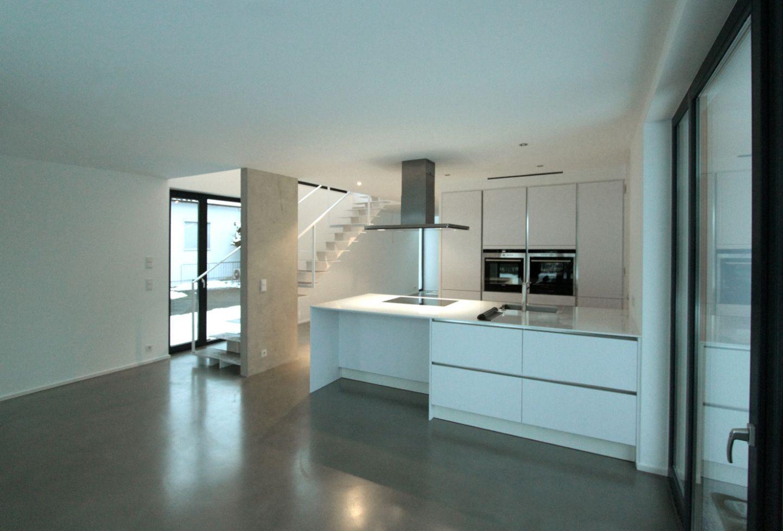 helle k che mit filigraner treppe. Black Bedroom Furniture Sets. Home Design Ideas