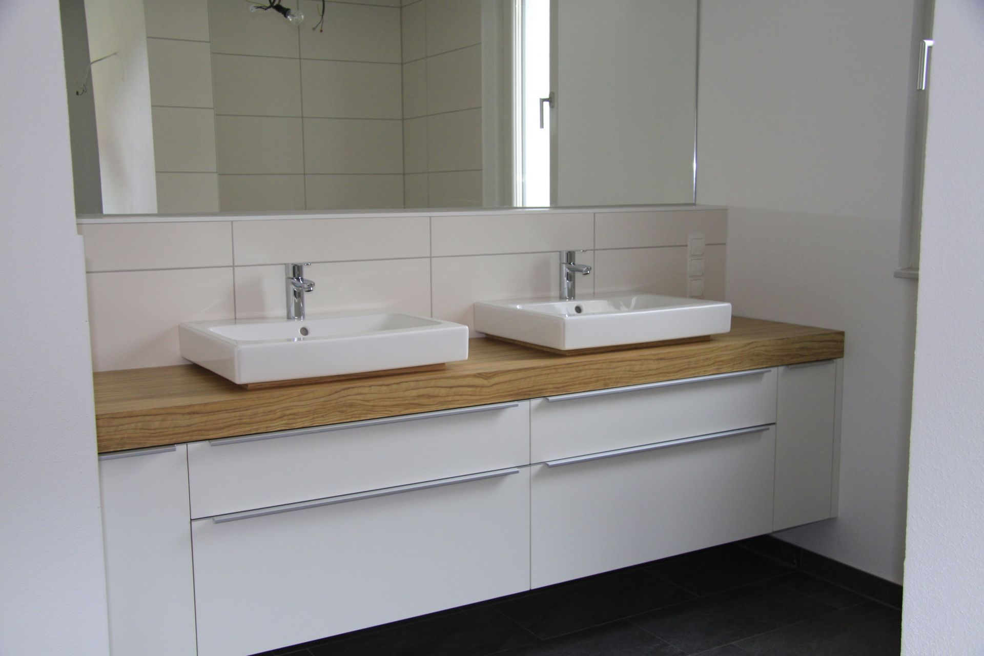gro er spiegel gro e fliesen. Black Bedroom Furniture Sets. Home Design Ideas