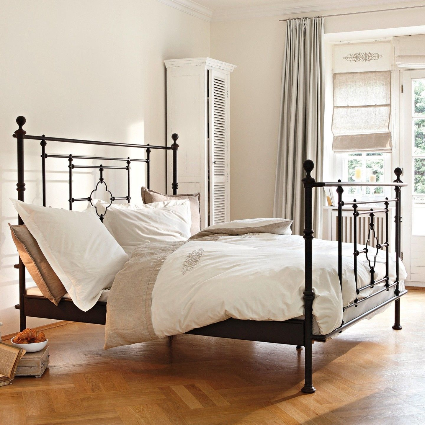elegantes schlafzimmer mit metallbett. Black Bedroom Furniture Sets. Home Design Ideas