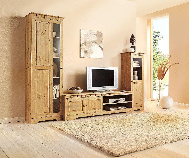 Wohnzimmer mit Schränken aus hellem Holz - bauemotion.de
