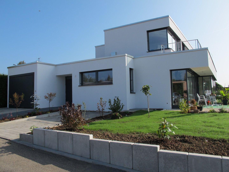 Moderne architektur mit wei gestrichener fassade for Modernes einfamilienhaus mit garage