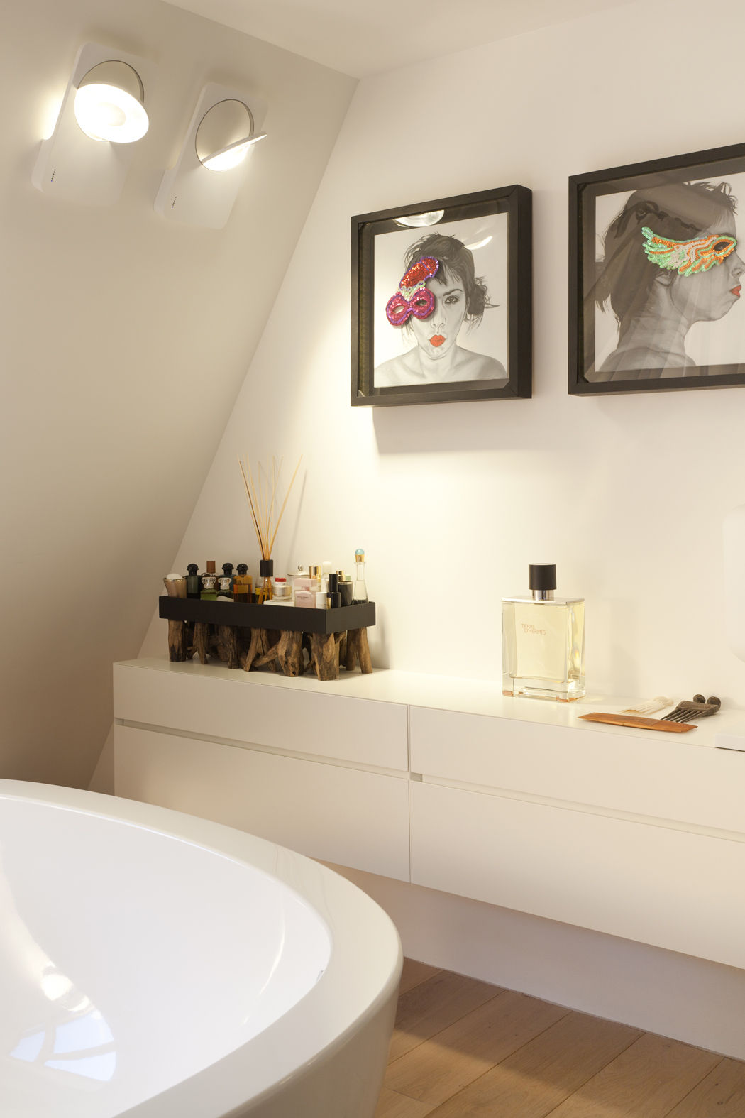das badezimmer besticht durch holz und modernes interieur. Black Bedroom Furniture Sets. Home Design Ideas