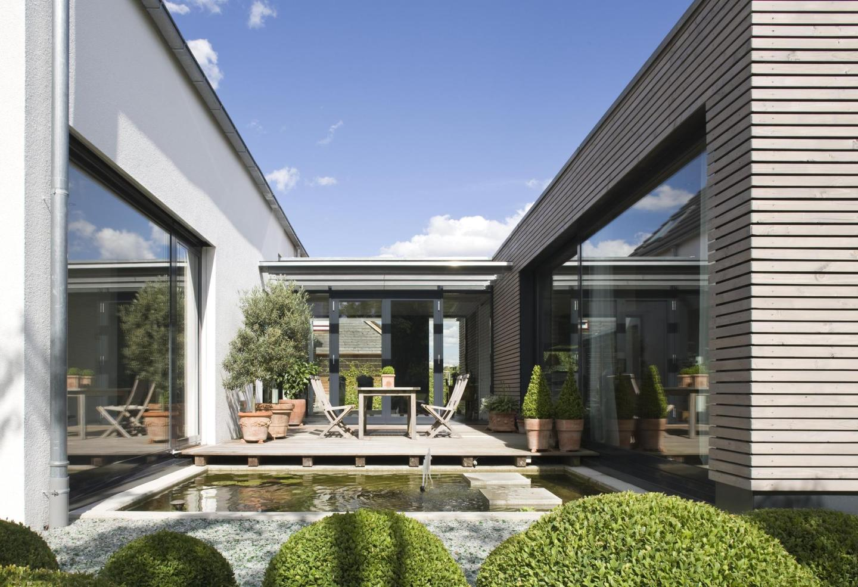 gesch tzte atrium terrasse mit teich. Black Bedroom Furniture Sets. Home Design Ideas