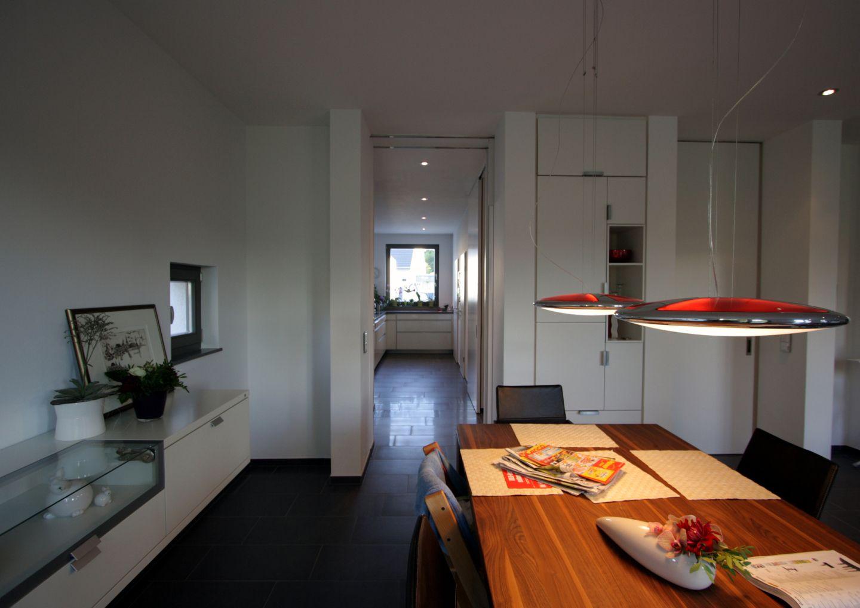 schlauchf rmige k che mit anbindung zum esszimmer. Black Bedroom Furniture Sets. Home Design Ideas