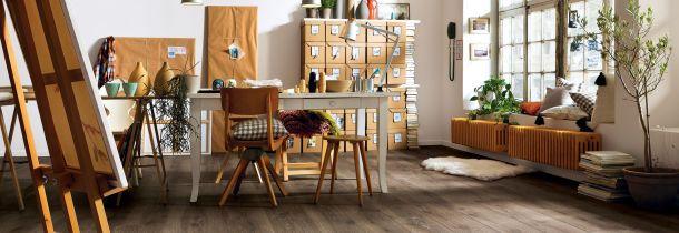 Antike Möbel Wohnzimmer Gemütlich Wirken. Esszimmer Rote Stühle Sofa  Kronleuchter