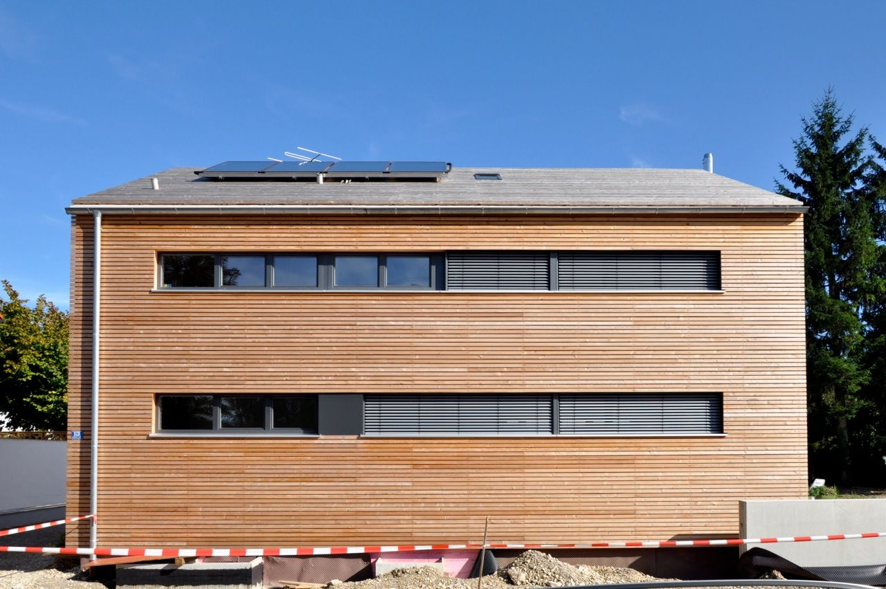 modernes einfamilienhaus mit solaranlage. Black Bedroom Furniture Sets. Home Design Ideas